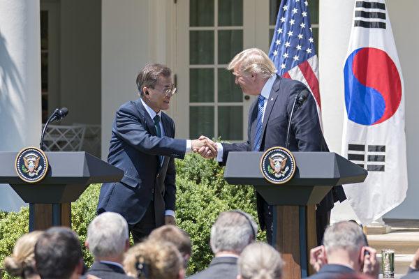韓國總統文在寅訪美時表示,將與川普通力合作;解決朝鮮問題是兩國的頭號優先合作目標。川普政府放話正在準備對付朝鮮的軍事方案。同期,美國制裁具有江派背景的、支持朝鮮的丹東銀行等中國公司與個人。習近平當局則加強東北邊境的軍事部署,並升級針對朝鮮的經濟制裁。圖為:6月30日,美國總統川普與韓國總統文在寅握手,在白宮發表聯合聲明。(石青雲/大紀元)