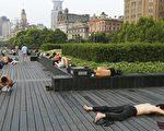"""连日来,上海持续出现多个40度的高温日,全城进入""""烧烤模式""""。外滩观光平台上接连几日出现大批的夜宿一族,他们有的带着和行李,有的带着报纸和纸壳铺在观光平台上就地而睡。图为7月25日,在上海外滩露宿的人们还沉浸在睡梦中。(大纪元资料图)"""