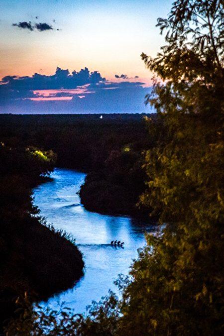 四名诶发移民试图渡过格兰德河,从墨西哥进入德州。(Benjamin Chasteen/大纪元)