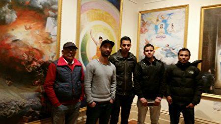参观画展的尼泊尔裔男青年。(李倩西/大纪元)