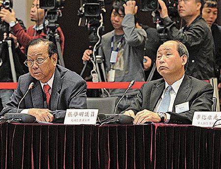 同时是民建联成员和新社联荣誉会长的张学明(右),因眼疾不留任行政会议,位置由刘业强接替。(政府新闻网提供)