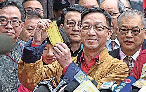 刘皇发长子刘业强已接替父亲乡议局、立法会和行政会议等公职,也负责在大年初二到车公庙为港人求签。(大纪元资料图片)