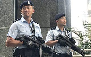 習近平訪港時,香港警方戒備森嚴。中環廣場通往會展中心門口有荷槍實彈的警察把守。(余鋼/大紀元)