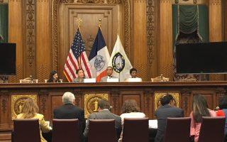 國會眾議員維樂貴茲(上排左二)昨天在布碌崙區政廳召開論壇,討論在過去的24年裡,NAFTA對紐約的影響。 (于佩/大紀元)