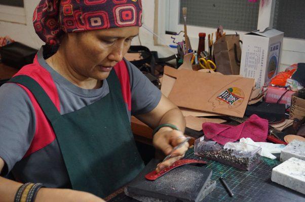 Uma工艺坊主人是太鲁阁族,15年前,Uma从都市回来,靠着自己喜欢的手工艺术,也能在家乡安身立命。(李怡欣/大纪元)