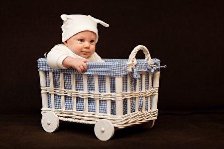 嬰幼兒推車關係到寶寶的健康,年輕的父母應根據寶寶的年齡選擇適當的推車。(Pixabay圖庫)