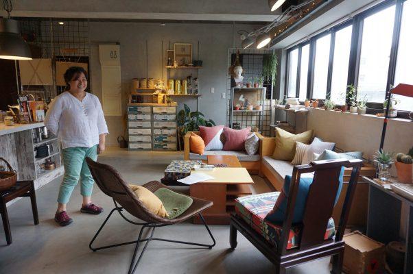 """""""开始:器皿烘培室 """"室内大面采光,回收的沙发、椅子在高云慧独具品味的创意下,展现随兴现代微工业风。(李怡欣/大纪元)"""