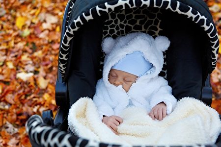 0到6個月大的嬰兒,頸椎、胸椎、腰椎都未發育好,所以應盡量保持平躺姿勢。(Pixabay圖庫)