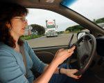 """长库莫周三表示,将使用""""简讯分析器""""textalyzer技术,检测车祸驾驶在车祸发生当下是否分心用手机。 (David McNew/Getty Images)"""