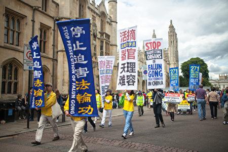 横幅上的标语让不少人了解到法轮功在中国被迫害的事情,尤其是活摘器官恶行令人震惊。(Laphare/大纪元)