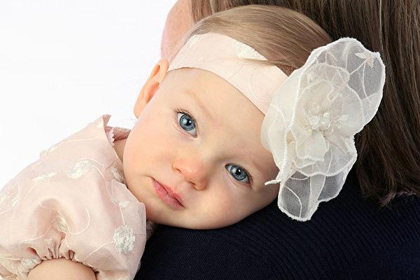 嬰幼兒脊椎發育有4個階段,過早讓嬰兒坐,會導致嬰兒脊椎發育畸形。(Pixabay)