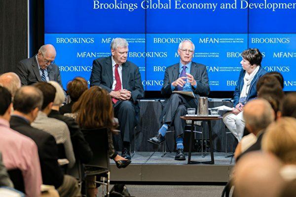 美国布鲁金斯学会的国际经济和发展高级研究员英格拉姆(右2)在7月11日表示,在当前政府的预算和政策条件下,美国对外援助项目更需要结构性的改变。(石青云/大纪元)