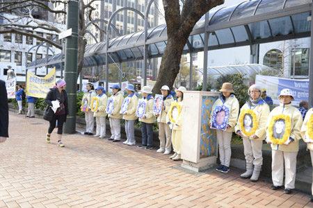 法轮功学员游行队伍来到中央公园Midland Park,向世人展示被中共迫害离世的学员遗像。(欧阳云舒/大纪元)