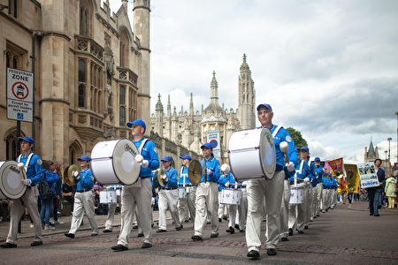 天国乐团打头阵,美妙雄壮的音乐将法轮大法的祥和与美好带给人们。(Laphare/大纪元)