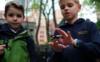 指尖陀螺是不少人消磨時間的玩意,悄悄風靡北美,深受小朋友的喜愛。 (Jewel Samad/AFP/Getty Images)