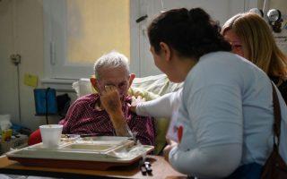 专家们说,病人更喜欢在有亲朋的环境中离去,而不喜欢被医院冰冷的仪器维持着生命。 (Eitan Abramovich/AFP/Getty Images)