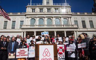 19日中午,幾十位Airbnb的房主聚集在紐約市政廳前,抗議旅館業者聯合政府執法部門的不當取締。 (Andrew Burton/Getty Images)