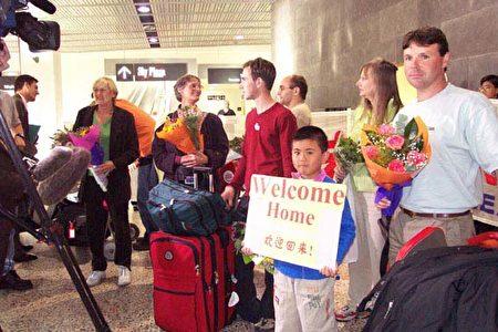 2002年3月9日,Jan Becker女士(左一)抵达墨尔本机场后接受澳洲媒体采访。(Jan Becker提供)
