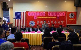 美國酒店華裔協會向民眾簡報投票重要性。 (張謙/大紀元)