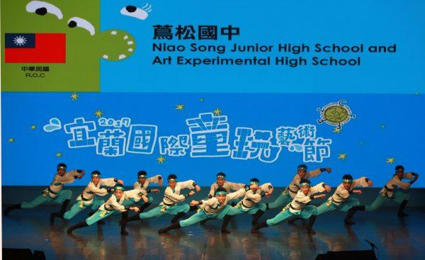 茑松国中学生演出〈蒙古舞〉。(曾汉东/大纪元)