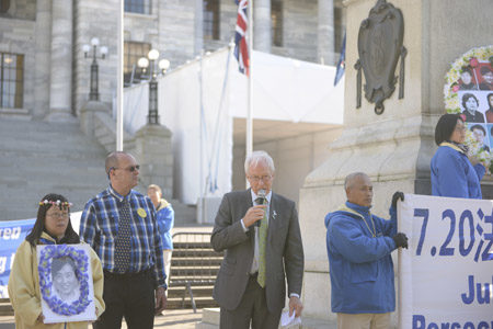 绿党议员Steffan Browning在国会大厦集会现场发言,支持并鼓励法轮功学员。(欧阳云舒/大纪元)
