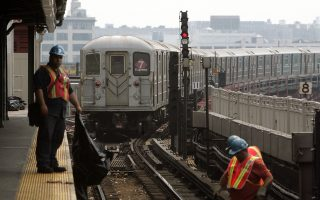 MTA人員在軌道上清垃圾。 (Mario Tama/Getty Images)