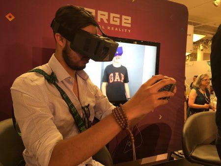 第十届消费电子展上来宾试用电子游戏眼镜。
