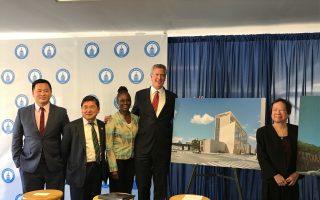 市長白思豪與夫人昨天訪問法拉盛,宣布王嘉廉將蓋新樓。 (林丹/大紀元)