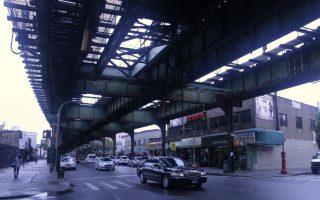 35年未重新粉刷的七號線高架橋上,處處可見鏽蝕的痕跡。 (張謙/大紀元)