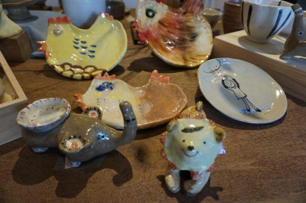 充满童趣与随兴的陶艺创作。(李怡欣/大纪元)