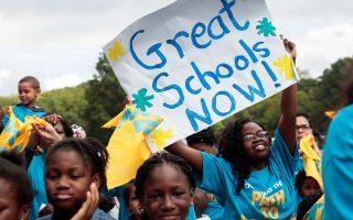 為了獲得州議會延長市長控制權,白思豪同意在紐約市增加24所特許學校。 (Drew Angerer/Getty Images)
