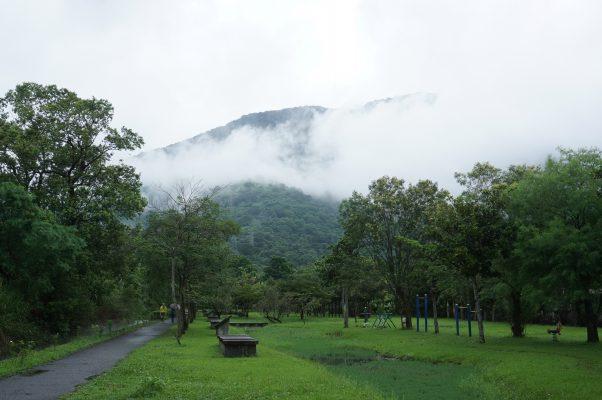 花莲吉安亲水生态公园绿映盎然,田野翠绿与壮阔山岚如诗如画。(李怡欣/大纪元)