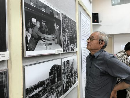 美东黄埔四海同心会纪念抗战爆发80周年,图为观众在观看抗战历史图片展。