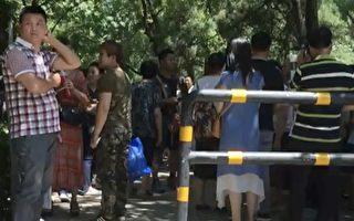 非北京户籍的学生家长在市政府门前请愿。(受访者提供)