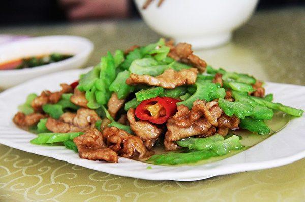 苦瓜炒肉很香,但與蝦等軟殼類海鮮食用,可能會導致身體不適。(Pixabay)