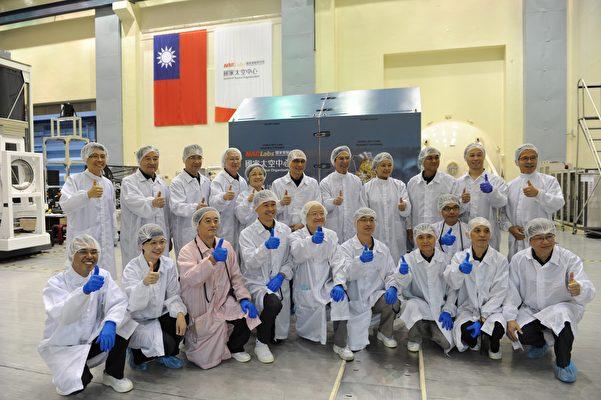 林全院長與國家太空中心工作同仁於「福衛五號衛星」運送箱前合影。(行政院辦公室提供)