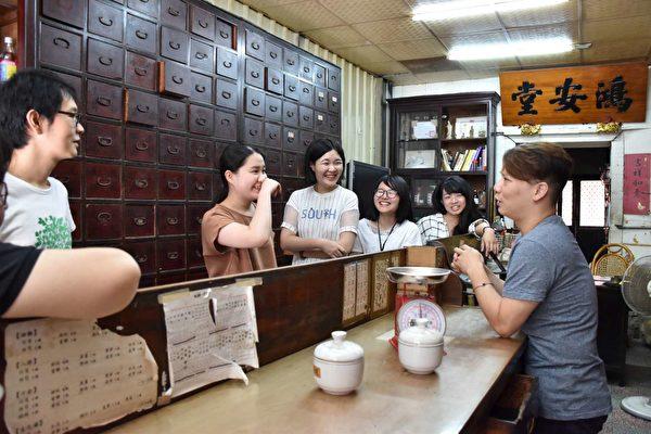 課程中鴻安堂老闆與青年對話。(新竹市府提供)