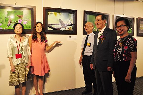 前副總統蕭萬長(右2)與新竹縣文化局長張宜真(左2)等人,到場欣賞攝影大師作品。(賴月貴/大紀元)