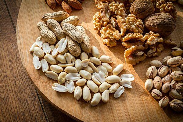 多食核桃、花生等有助補腦和提高記憶力。(piviso/CC/Pixabay)