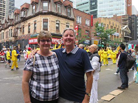 从英格兰来蒙特利尔旅游的一对夫妇David和Ann,很高兴能有机会看到这么多族裔的展示,而天国乐团的队伍让他们觉得耳目一新。(谭雅 / 大纪元)