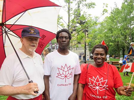 来自纽约的Samson先生(左)表示,整个游行队伍中最令他印象深刻的是法轮大法的队伍。(谭雅 / 大纪元)