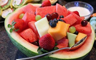 很多人喜欢切半个西瓜,直接用勺子挖著吃。其实这个习惯不大好,最主要的原因,就是容易吃多了!(pixabay.com)