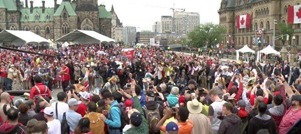 加原住民在国会山广场上表演舞蹈。(Gerry Smith/大纪元)