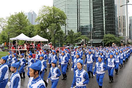天国乐团整齐地行进到国庆游行活动主席台前。(易柯 / 大纪元)