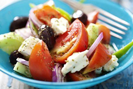 大暑時節應避免吃冰冷的食物,即使像希臘沙拉,從冰箱拿出來的蔬菜要等到室溫再食用。 (Liv friis-larsen/Shutterstock)