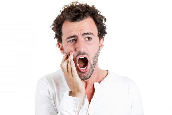 整颗牙齿完全脱落,恰当处理有可能回原来的位置。(Fotolia)
