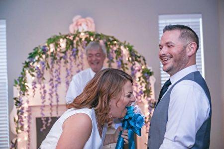 """新娘对这场""""惊喜婚礼""""十分满意。(摄影师Saint Elmo提供)"""