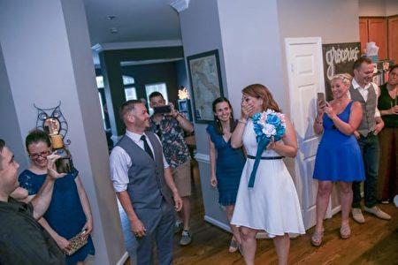 """""""惊喜婚礼""""只用了十天时间筹备。(摄影师Saint Elmo提供)"""