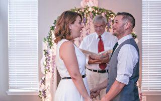 新郎罗伦佐为新娘珍妮弗在邻居好友家准备了一场惊喜婚礼。(摄影师Saint Elmo提供)