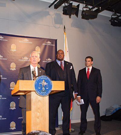 警方主要发言人(左起):LAPD警监威廉·海耶斯(William Hayes),比弗利山庄警方国税局刑事调查专员R. Damon Rowe,联邦调查局特工Eugene Kowel。(李甜/大纪元)